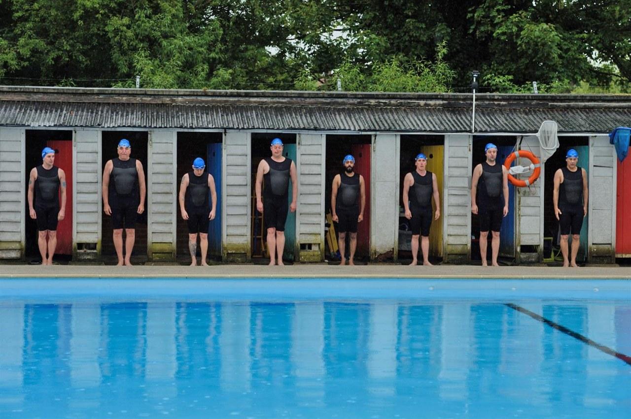 Swimming with Men - Ballett in Badehosen - Bild 1