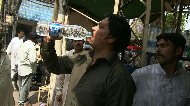 Bottled Life - Das Geschäft mit dem Wasser - Bild 1